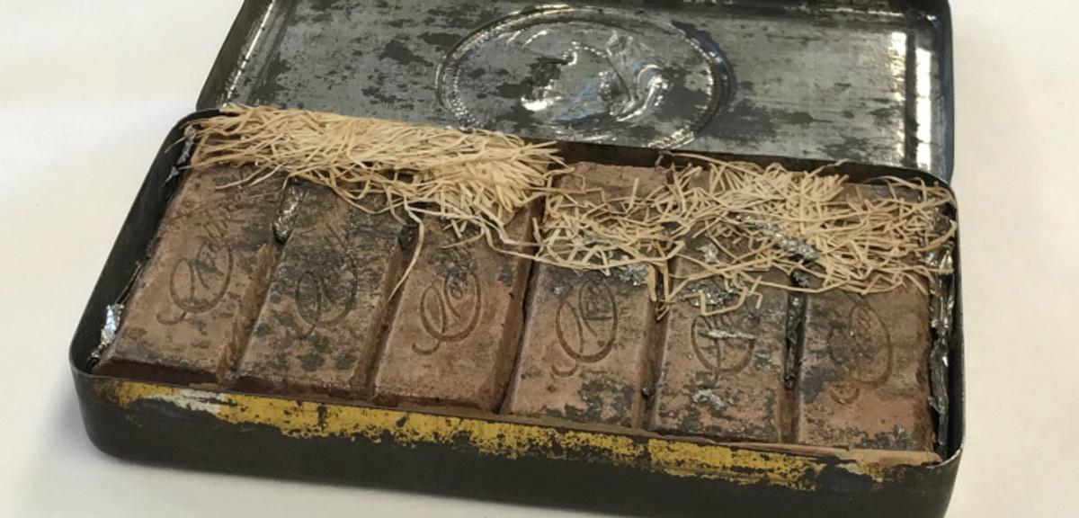 """В Австралии нашли """"королевскую"""" коробку шоколадных конфет возрастом более 120 лет"""